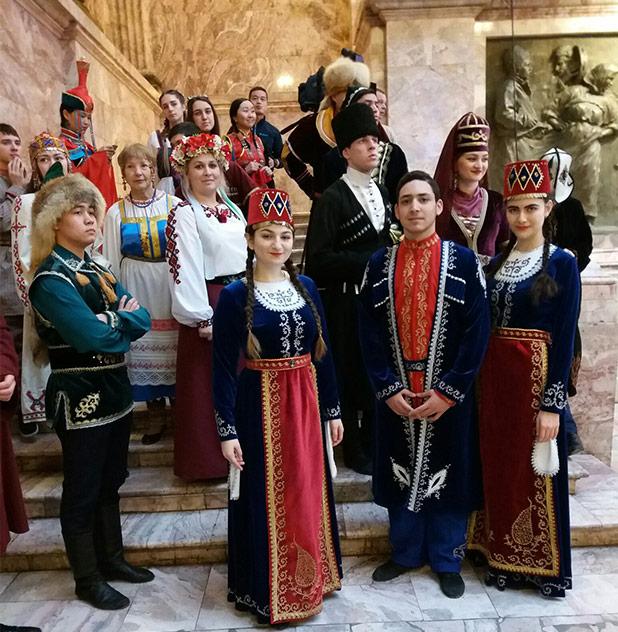 Открытии выставки Этнопарк с участием Армстайл